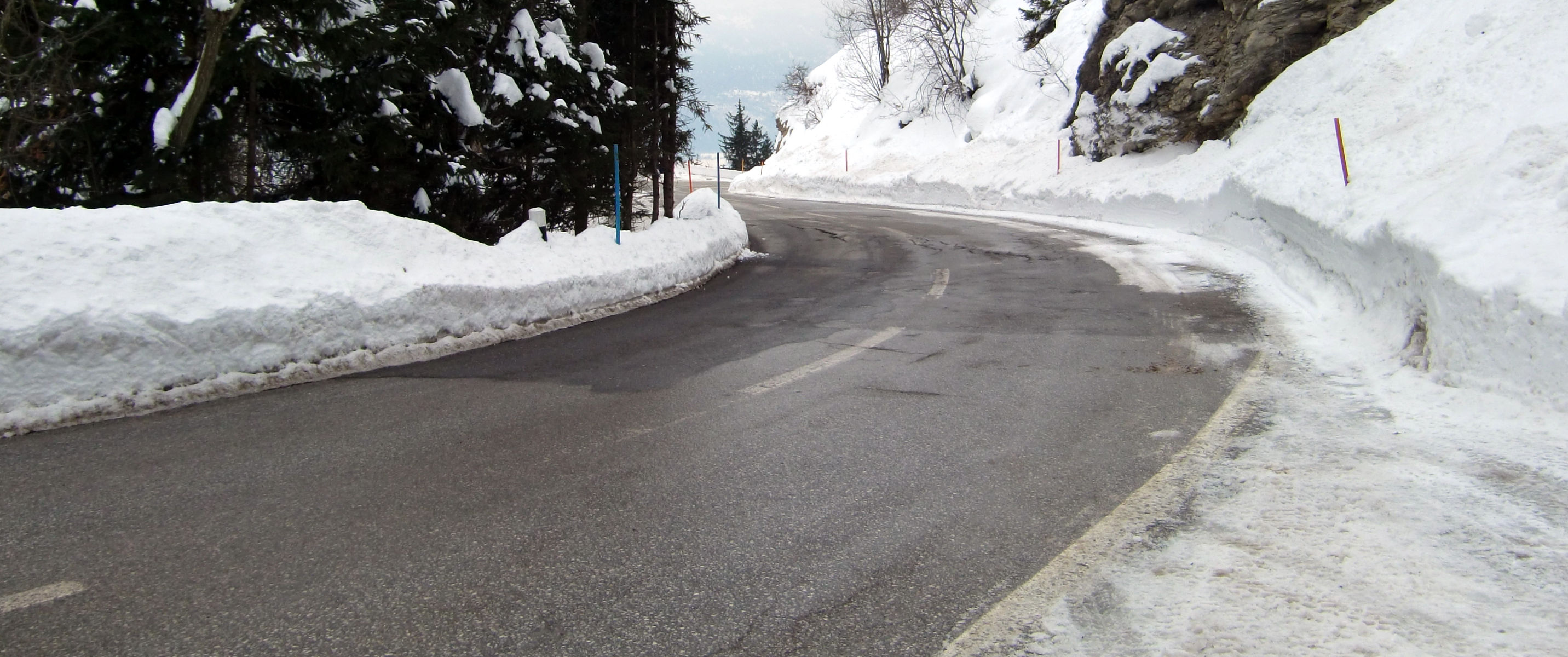 ICY ROAD IN WINTER SCENE © Chachas   Dreamstime.com