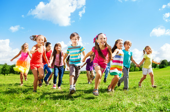 KIDS RUNNING ENJOYING SUMMER © Serrnovik | Dreamstime.com