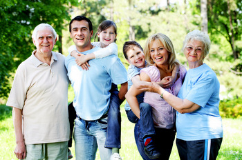 EXTENDED HAPPY FAMILY STANDING IN THE PARK © skynesher | iStockPhoto.com
