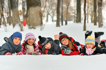 CHILDREN IN THE SNOW IN WINTER © Laurentiu Iordache | Dreamstime.com